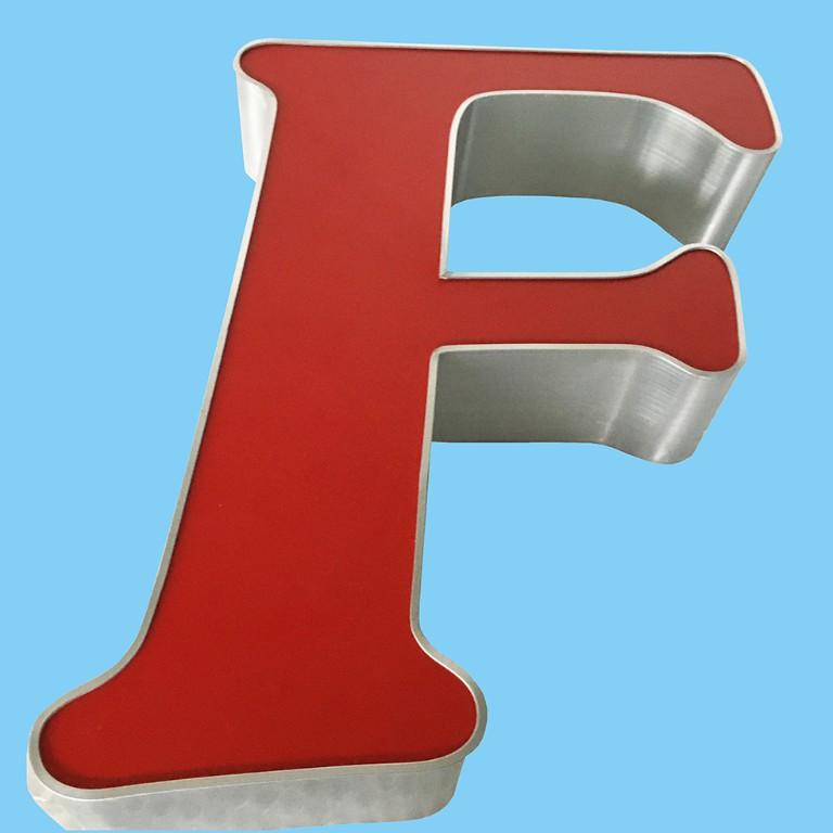 einzelner-leuchtbuchstabe-grosses-f