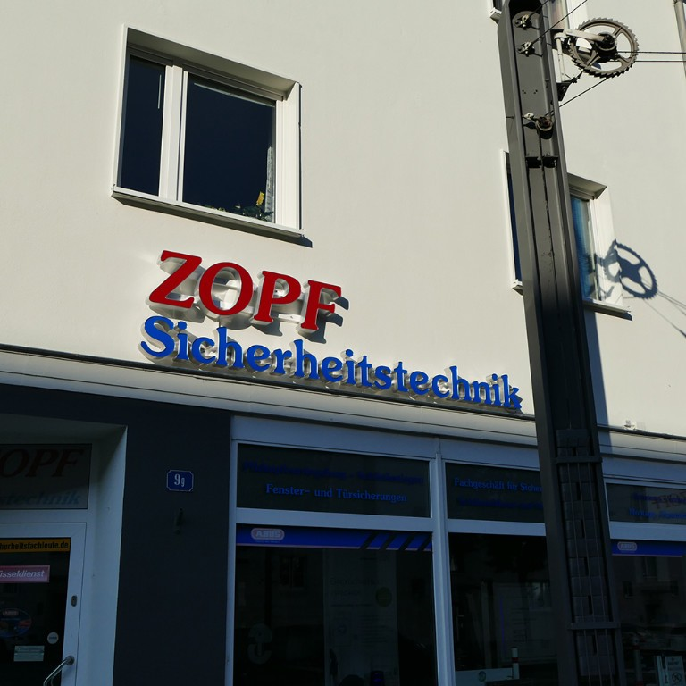 zopf-leuchbuchstaben-aussenwerbung-am-tag