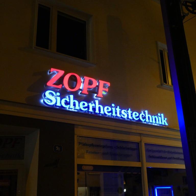 zopf-leuchbuchstaben-aussenwerbung-bei-nacht